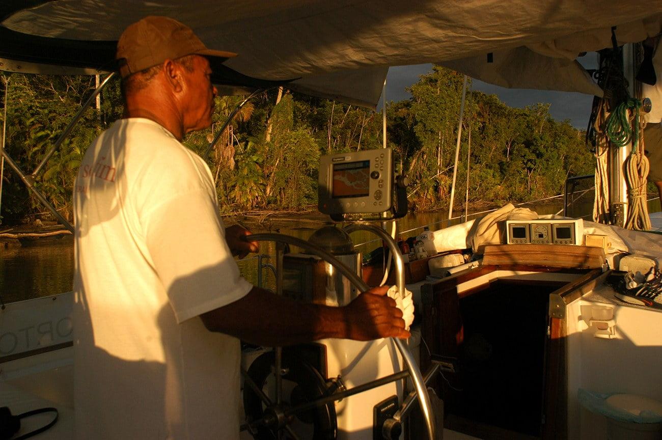 homem pilota veleiro