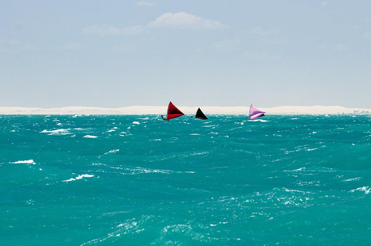 imagem de canoas de risco no litoral do Ceará