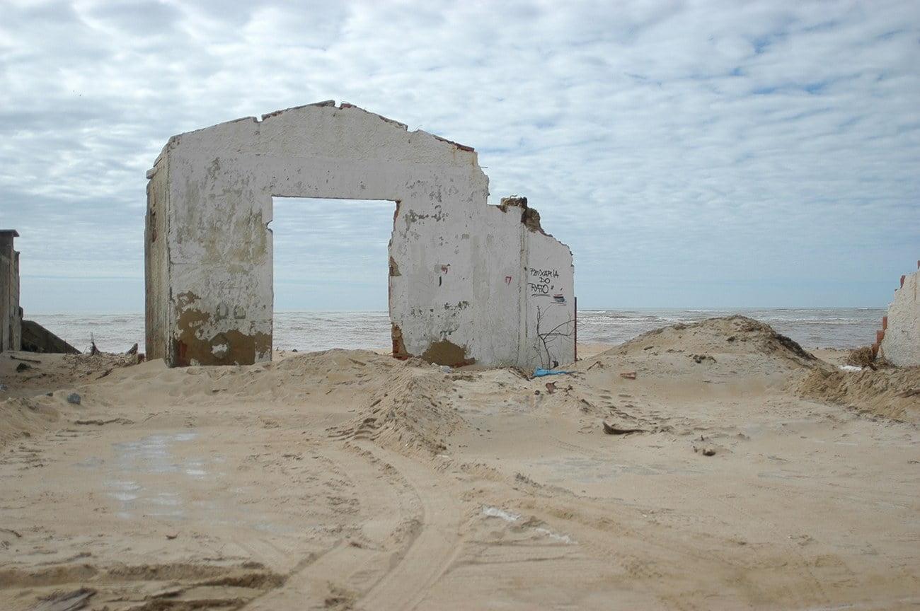imagem de erosão costeira em Conceição da Barra