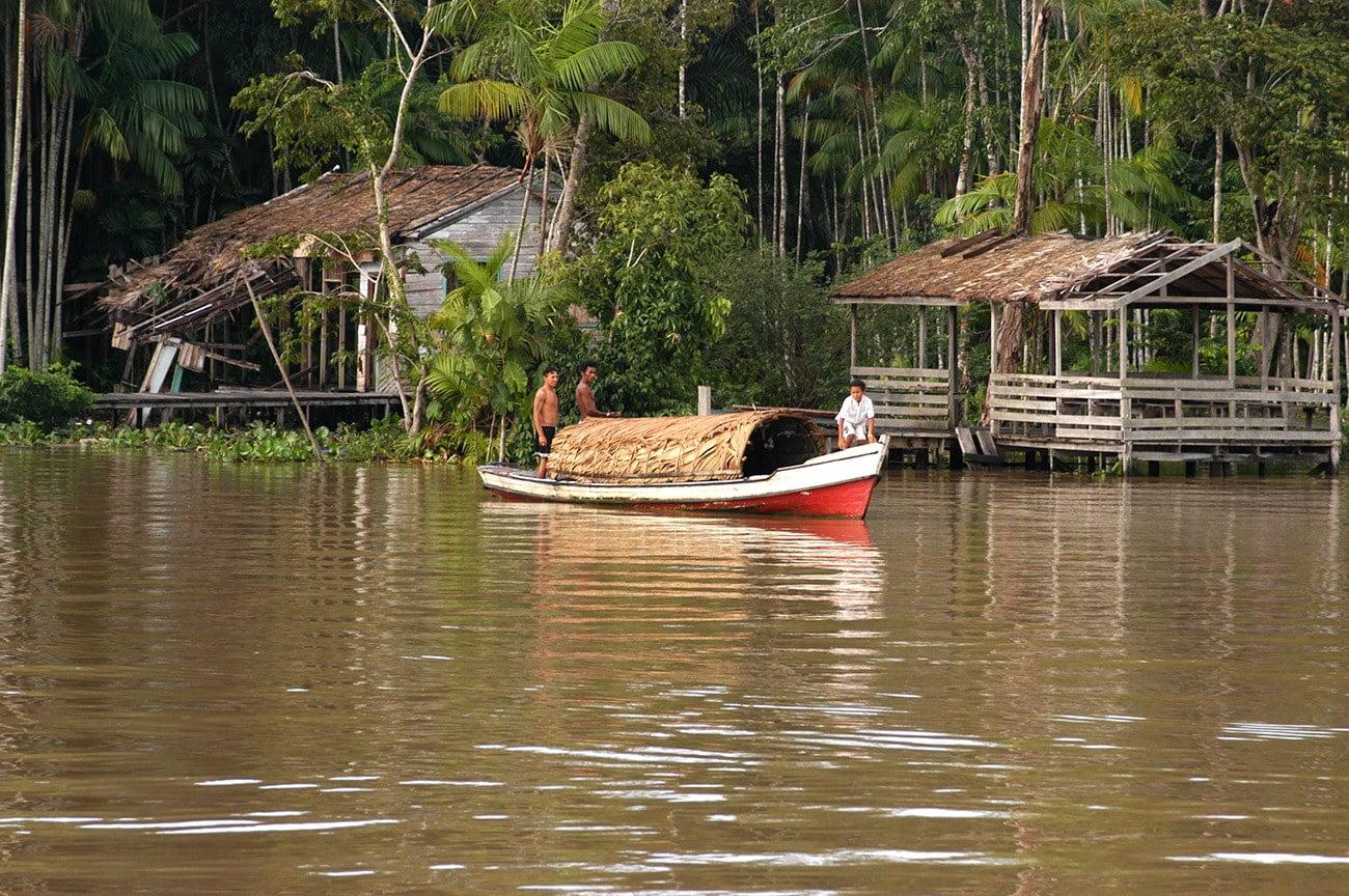 canoa com tolda de palha
