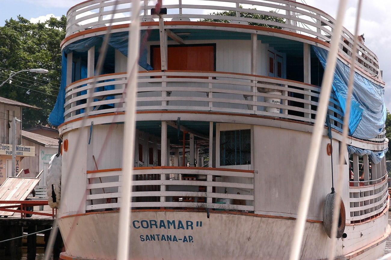 Imagem e gaiola no rio Amazonas