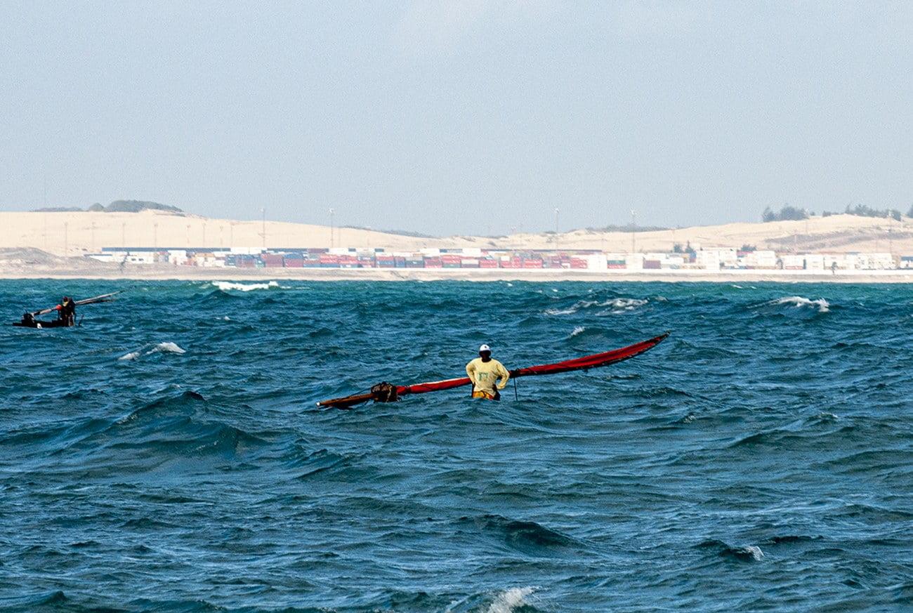 Imagem de jangadeiro no mar do Ceará