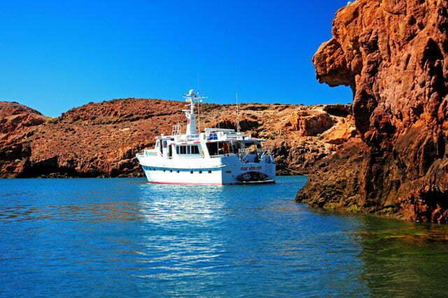 O barco amarrado nas pedras