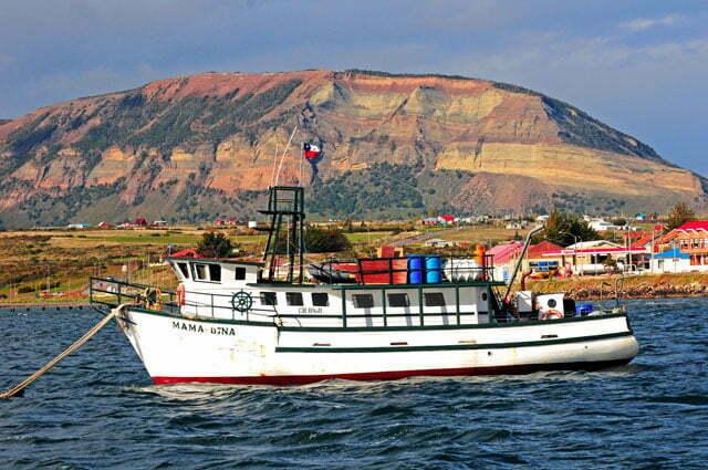 Barco de pesca fundeado em Puerto Natales
