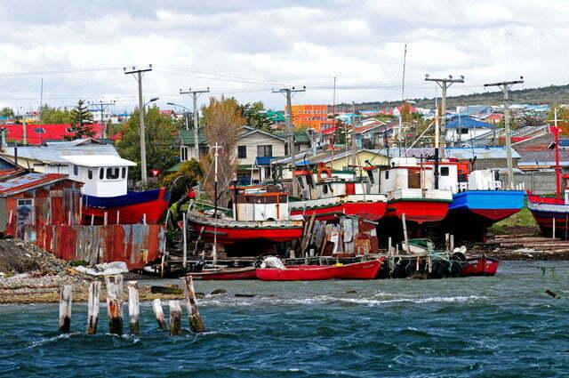 Barcos e casas se confundem em Puerto Natales