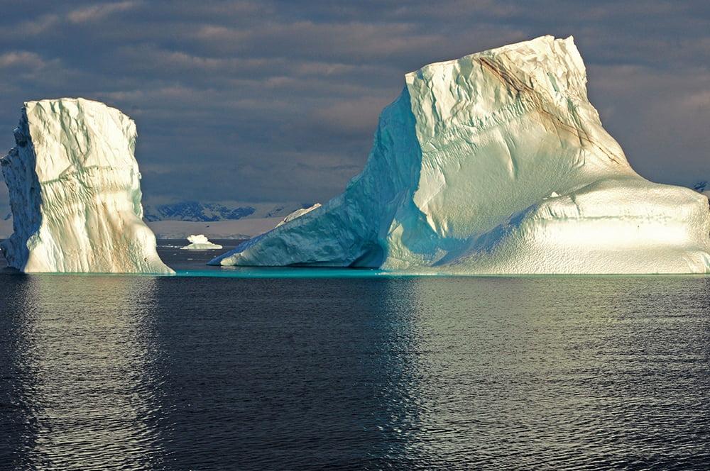 Viagem à Antártica, das Ilhas Argentinas até a Ilha Trinity, imagem de dois icebergs, antártica