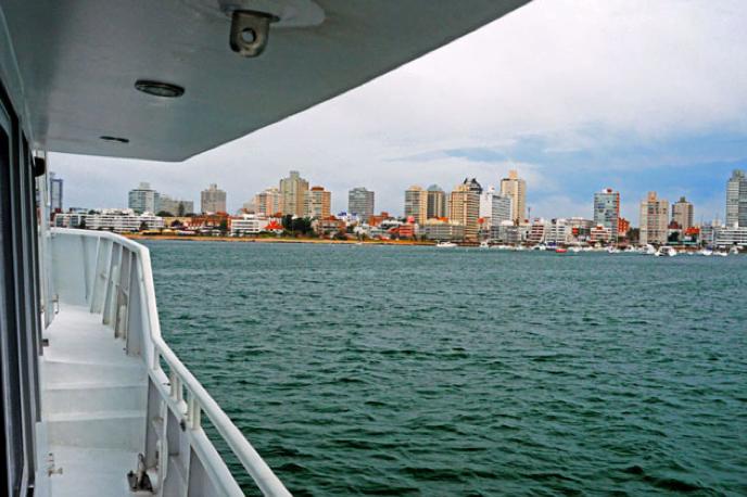 Viagem à Antártica, do Rio Grande para Punta Arenas, imagem do barco mar sem fim chegando a Punta Del Este, Uruguai.