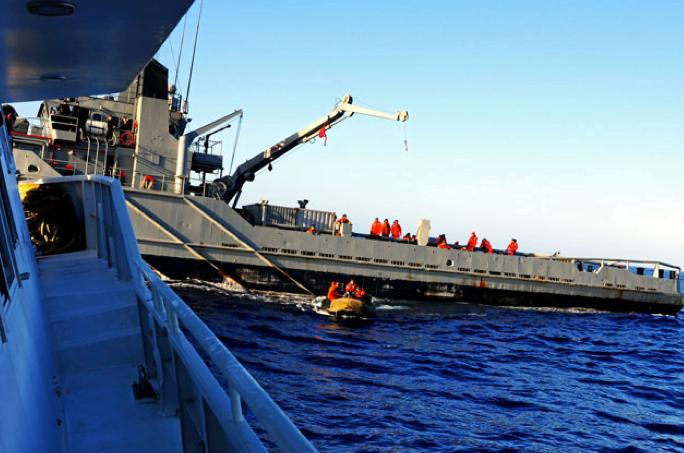 imagem do rebocador Lautaro e do barco mar sem fim no Estreito de Drake