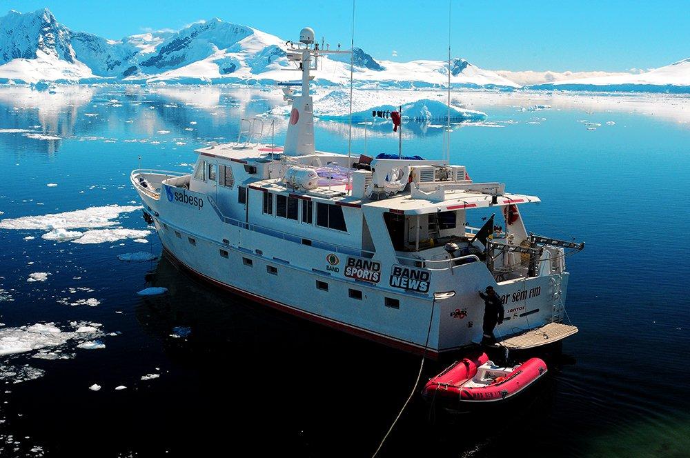 barco mar sem fim na base argentina Brown, litoral Antártico