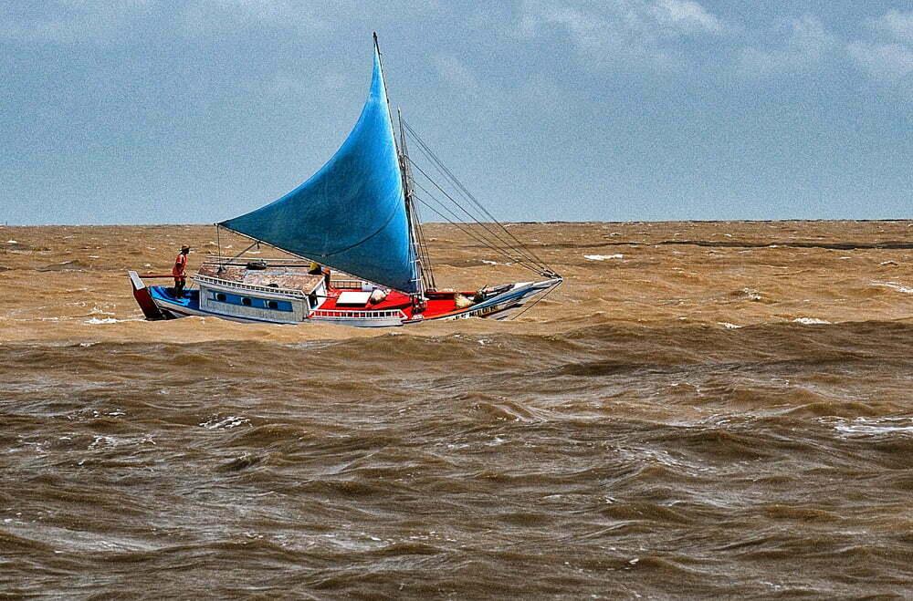 As viagens do Mar Sem Fim em fotos, Nº 3, imagem de bote proa de risco Ao largo de Alcântara.