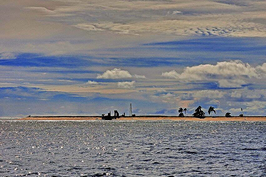 Viagens do Mar Sem Fim em fotos. Nº 2, imagem do antigo, e o novo farol, do Atol das Rocas.