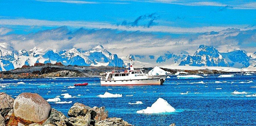 Viagens do Mar Sem Fim em fotos, imagem do barco Mar Sem Fim na baía Palmer, Antártica, 2010.
