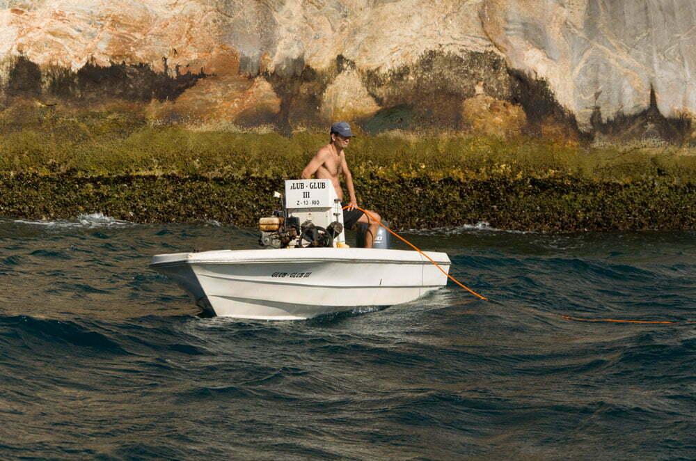 Ilhas Cagarras, imagem de -homem-pescando em -barco