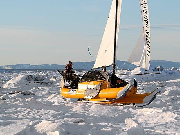 Quebra-gelo russo enviado para resgatar catamarã no Ártico, imagem de catara no ártico