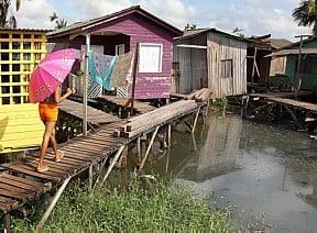 Macapá, sem água nem esgoto, imagem de vila em palafitas em Macapá