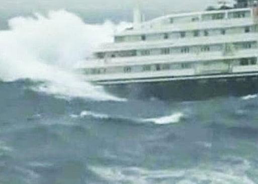 Navio de cruzeiro quase pega um tsunami, imagem de navio em tempo ruim