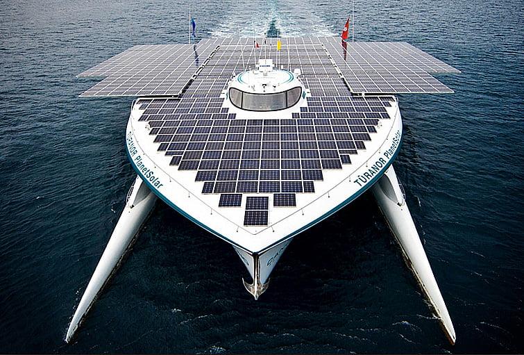 imagem de barco movido a energia solar