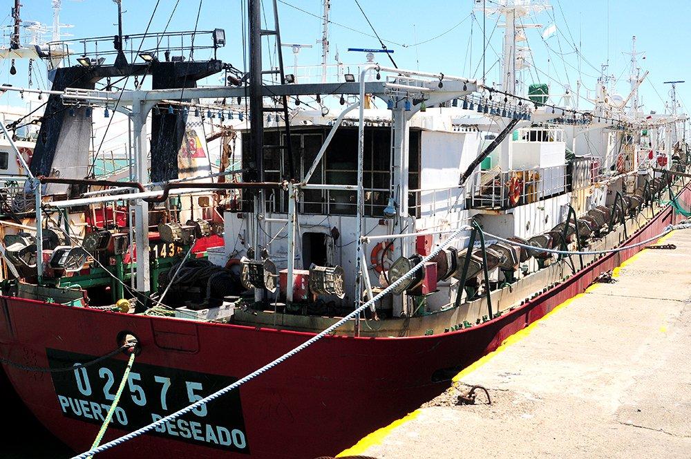 Pesqueiros na costa da Argentina, imagem de barco pesqueiro argentino