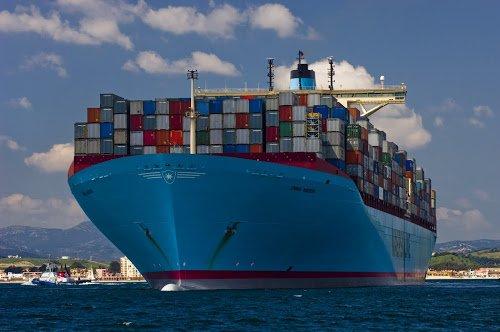 Grandes navios colocados no mar, imagem do navio Maersk classe Triple E