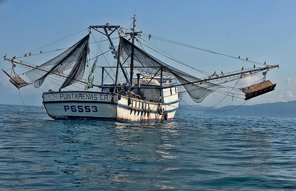 imagem de barco de pesca de arrasto