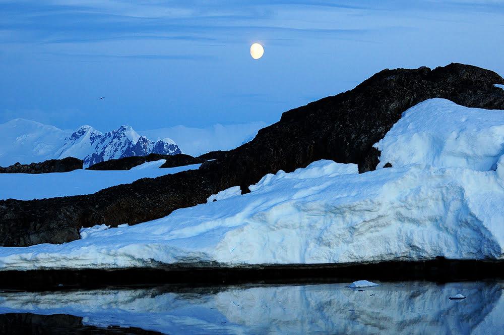Viagem à Antártica, da base Brown para Cuverville Island, imagem de paisagem antártica de noite