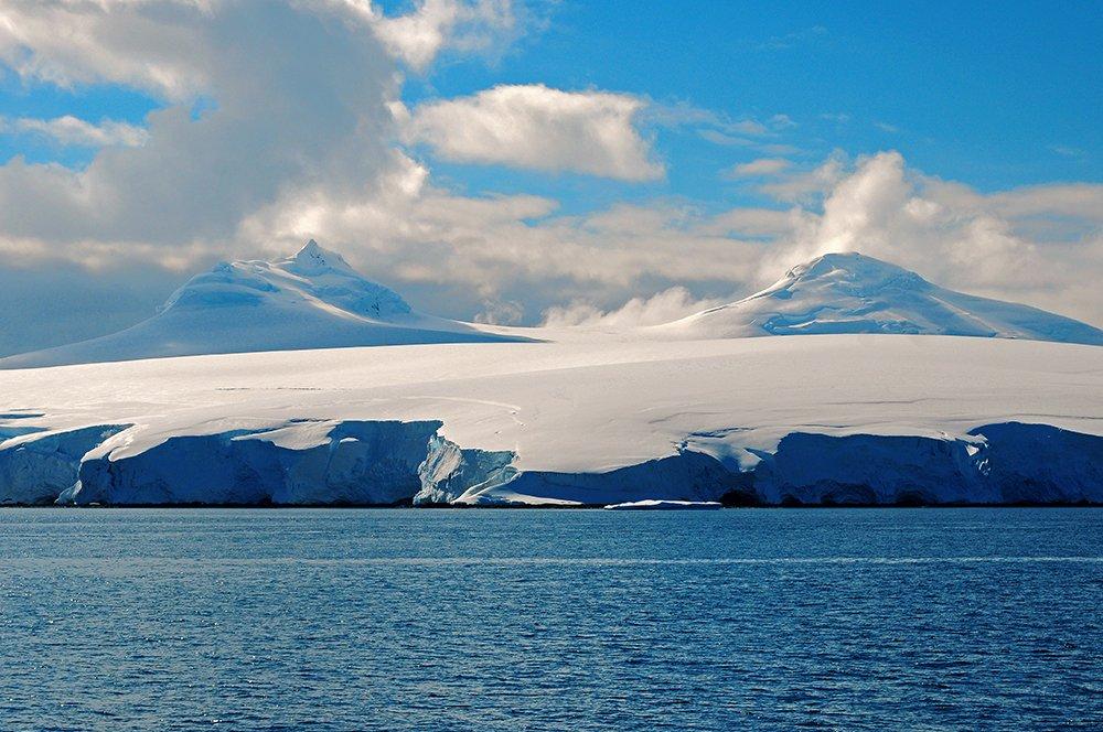Viagem à Antártica, da base Brown para Cuverville Island, imagem de morro na antártica