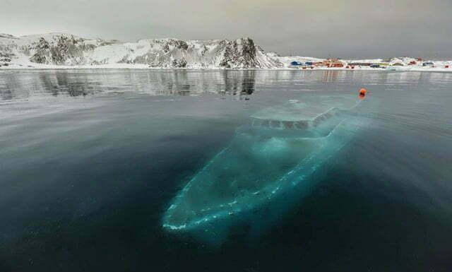 Resgate dramático no mar, imagem do barco Debaixo dágua.