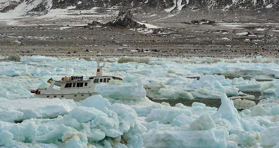 Resgate dramático no mar, o barco Mar Sem Fim aprisionado no gelo. Foto de Ruslan Eliseev.
