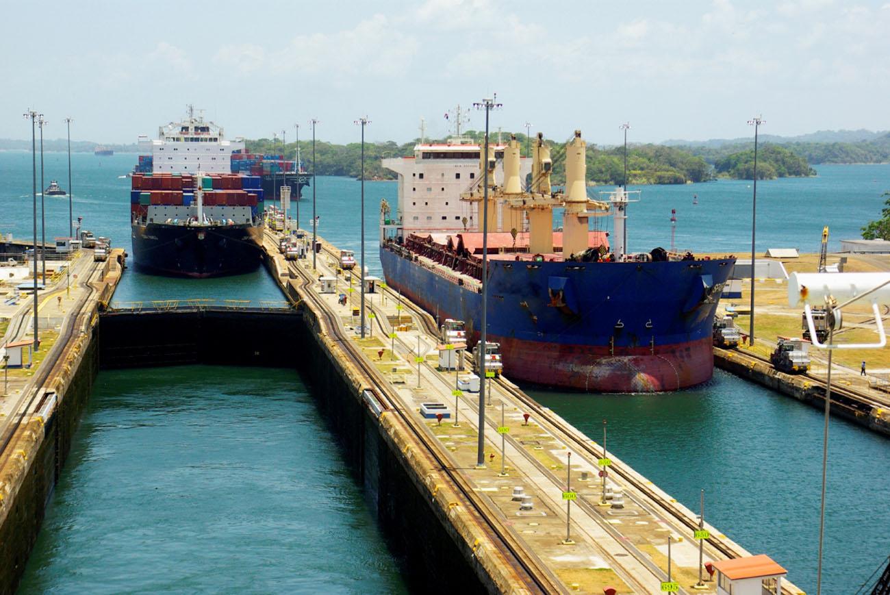 imagem de cargueiros no canal do Panamá