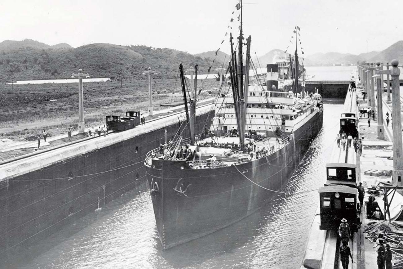 imagem antiga de navio atravessando o canal do Panamá
