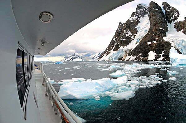 Até muito recentemente pensava-se que o krill não tinha capacidade de nadar, imagem do O Mar Sem Fim e Icebergs no Canal Lemaire em 2011.