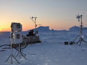 imagem de rachaduras no gelo do ártico