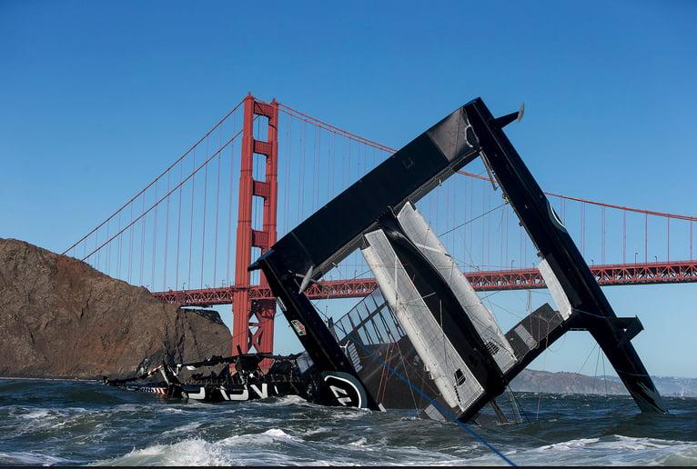Saiba como é estar dentro de um veleiro capotando, imagem de catamarã capotando
