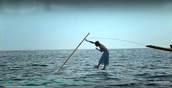 pesca artesanal de baleias, imagem de pescador artesanal da Indonésia pescando baleias