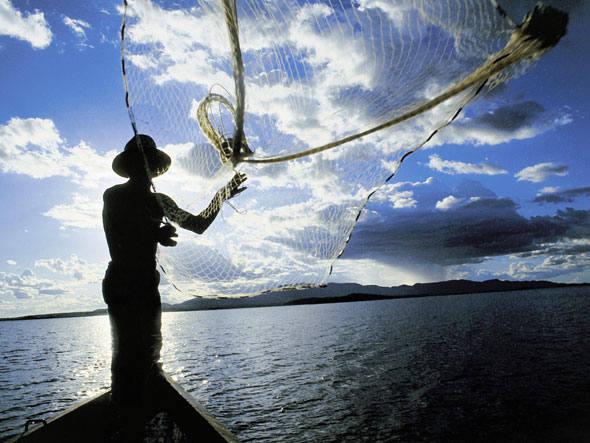 Ex-prefeito de NY, Bloomberg quer salvar peixes do Brasil, imagem de pescador com garrafa