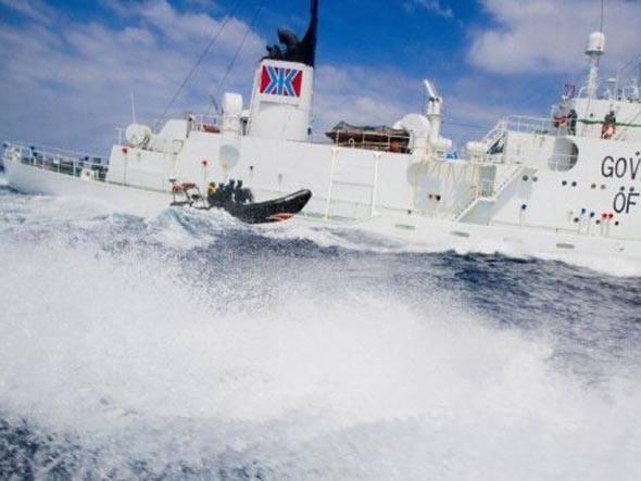 imagem de navio de ONG expulsa pescadores