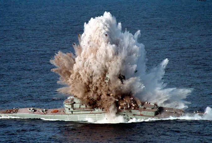 Navios de guerra afundados , imagem de Navio de guerra afundado com torpedo
