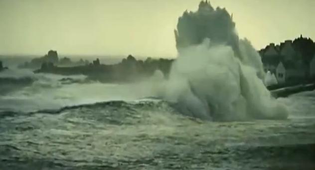 Barcos enfrentam tempestade na Bretanha, imagem de Tempestade ameaça uma pequena cidade na costa da Bretanha.