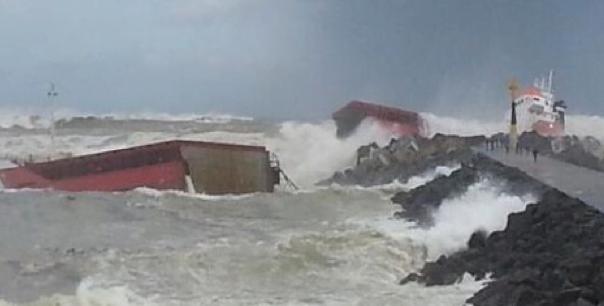 Naufrágio do cargueiro Luno, cena do navio Luno partido em dois ao se chocar com o molhe de pedras