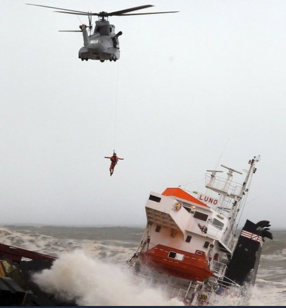 Naufrágio do cargueiro Luno, Cena do dramático resgate mostrando um tripulante saindo do navio via gancho e helicóptero