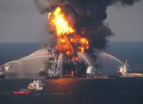 Exploração dos oceanos deve ser repensada, imagem de incêndio provocado pela extração de petróleo no mar.