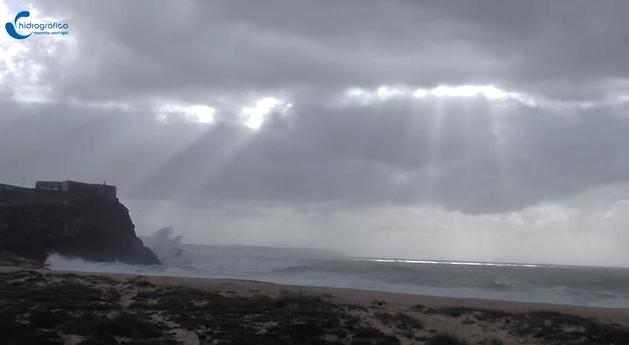 Cena da formação de uma tempestade em Nazaré, Portugal.