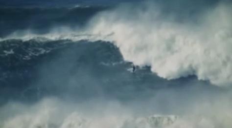 Imagem da onda de Nazaré, extremamente alta.