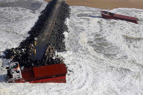 Navio mercante espanhol , imagem de navio quebrado em dois