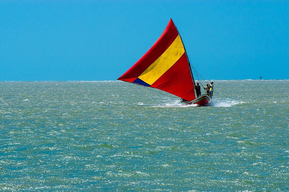 imagem de Canoa com vela de jangada, Camocim, Ceará