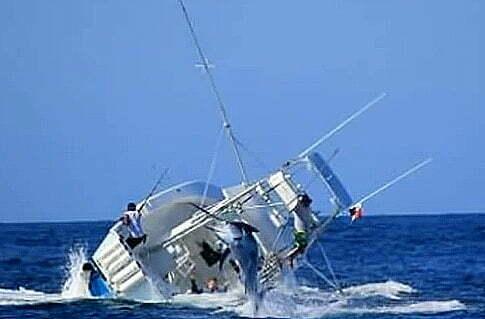 pesca esportiva , imagem de pescaria quando um marlin quase capota uma lancha