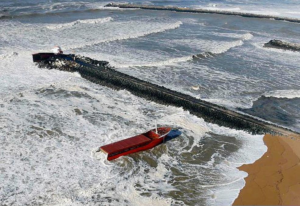 Navio mercante espanhol, imagem de Navio mercante espanhol quebrado em dois