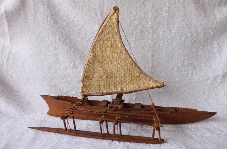 polinésios e grandes navegações, imagem de replica de canoa polinésia.