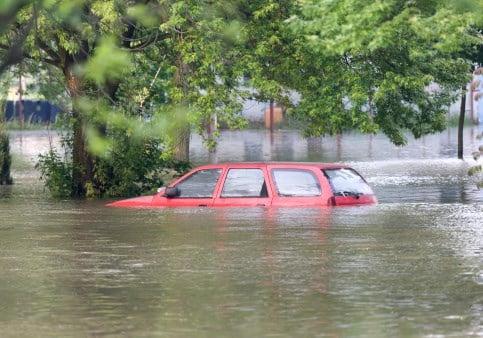 Aquecimento global não está sendo levado a sério, afirma Banco Mundial, imagem de carro submerso pela chuva