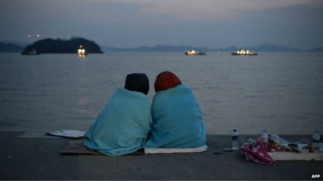 balsa da Coreia do Sul, Foto de parentes dos desaparecidos em naufrágio de balsa na Coreia do Sul.